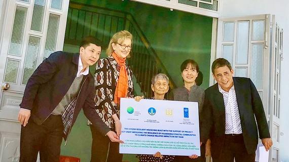 Bàn giao nhà an toàn cho người dân tỉnh Quảng Ngãi