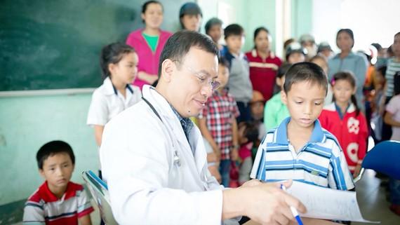 Các bác sĩ trong Câu lạc bộ Bác sĩ Sóc Trăng tại TPHCM khám bệnh miễn phí cho trẻ em nghèo