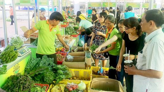 Chợ phiên nông sản an toàn tại Trung tâm Văn hóa - Thể dục thể thao quận Tân Bình. Ảnh: THANH HẢI