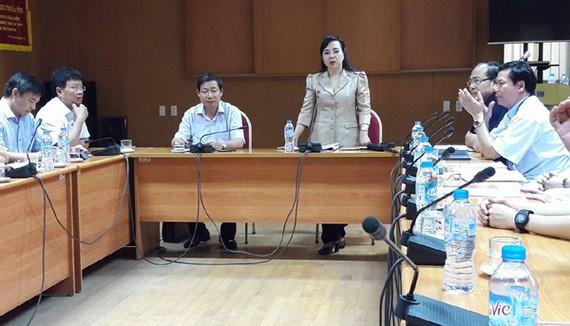衛生部部長阮氏金進在會議上表示須儘快找出事件原因。(圖源:互聯網)