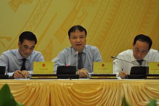 工商部副部長杜勝海(中)在新聞發佈會上回答記者的提问。(圖源:在線投資網)