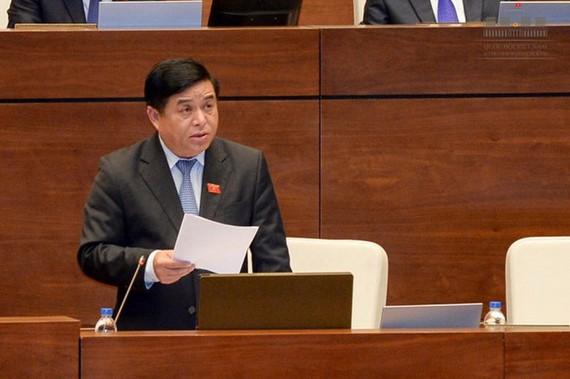 計劃與投資部長阮志勇在會上答詢。(圖源:Quochoi.vn)