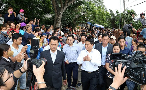 河內市人委會主席阮德鍾探訪同心鄉,並就土地糾紛問題與當地人民進行直接對話。(圖源:尹晉)