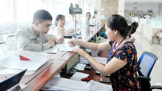 市稅務部門工作人員引導納稅人填寫納稅申報表。(圖源:互聯網)