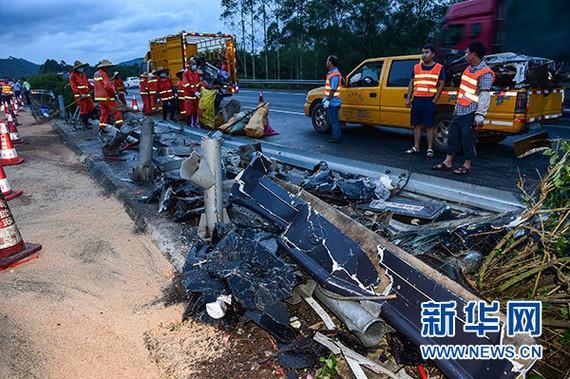 廣州至河源高速公路龍門段發生一起客車翻車事故,造成19人死亡,多人受傷。路政部門工作人員在清理事故現場。(圖源:新華網)