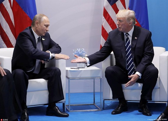 會晤時,坐在普京左側的特朗普,格外友好的伸出了右手, 普京看似猶豫了一下,然後伸手,兩隻手緊緊地握在一起了。(圖源:互聯網)