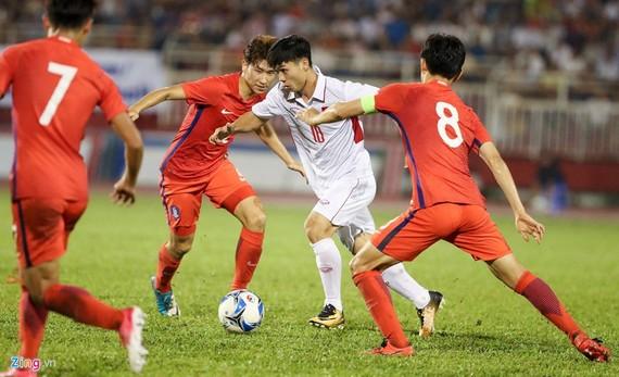 功鳳與韓國隊爭奪球。(圖源:Zing.vn)