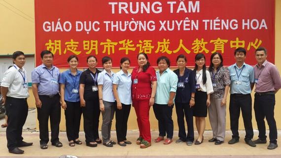 市華語成人教育中心老師在臨時校舍前合影。