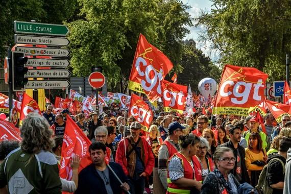 法北部里爾市反對勞動法改革遊行隊伍。(圖源:AFP)