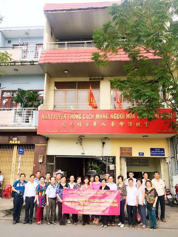 華人文藝工作者參觀華人革命傳統室後留影。