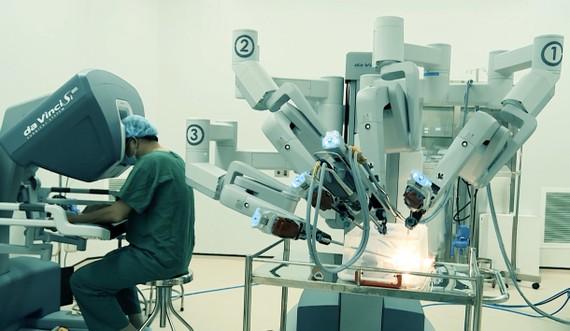 外科醫生實習操作4臂床旁機器人手術系統。(圖源:互聯網)