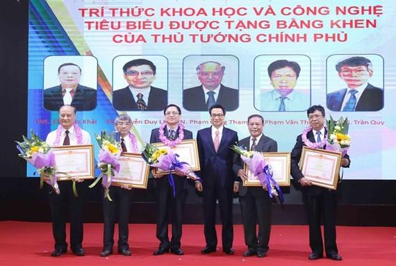 政府副總理武德膽(右三)給各位科技模範頒發獎狀。(圖源:越通社)
