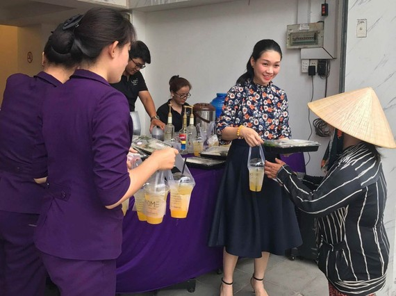 華人女企業家龐美玲向貧困者分發素食餐套。