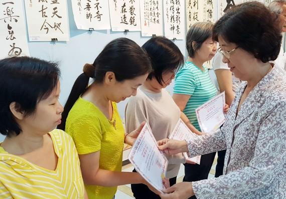 市各少數民族文學藝術協會主席劉金華向學員頒發結業證書。