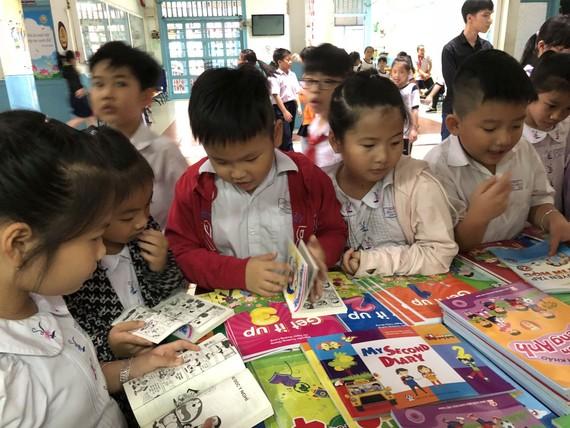 明道小學配合南方教育發行公司在校內舉辦閱讀盛會,讓小學生免費閱讀書籍,培養閱讀的興趣。