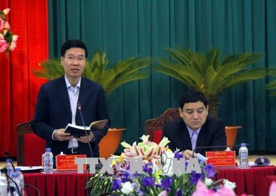 中央宣教部長武文賞(左)在檢討會議上發表指導意見。(圖源:越通社)