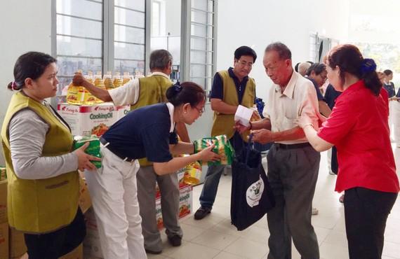 各志願者向貧困老人贈送新年禮物。