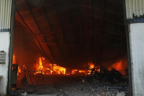 該起火警現場,火勢猛烈鐵皮屋頂倒塌。(圖源:春安)