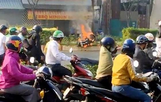 摩托車行駛途中自燃現場。