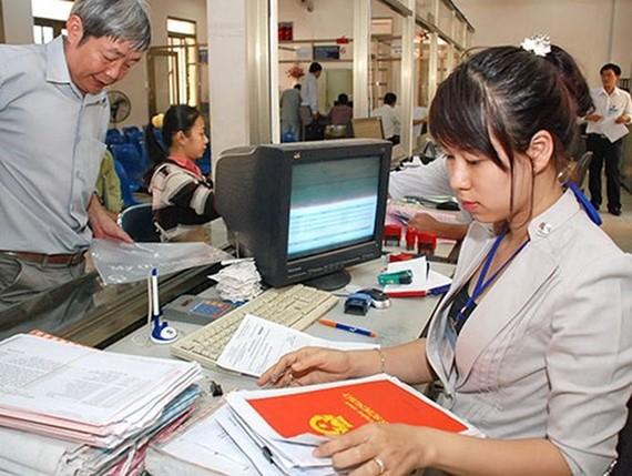 民眾正在辦理房地產證書手續。