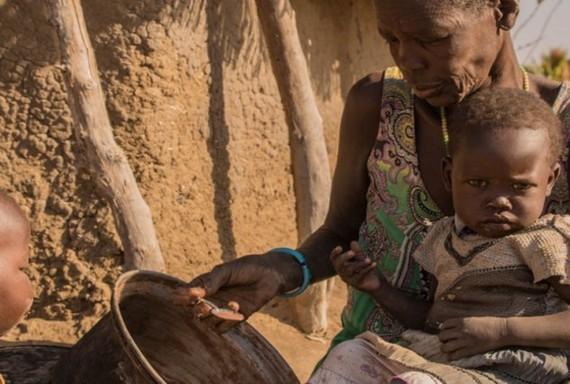 南蘇丹母親在給她的孩子餵食。(圖源:聯合國糧農組織)
