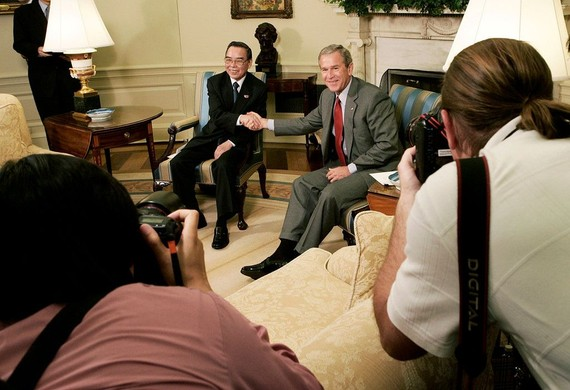 潘文凱總理與美國前總統布什的歷史性握手。