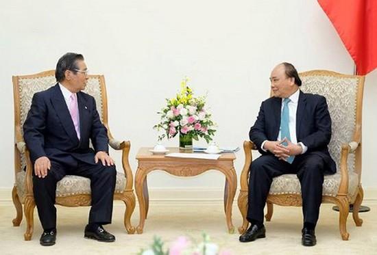 政府總理阮春福(右)接見日本首相內閣顧問飯島勳。(圖源:VOV)