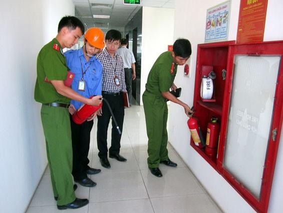 公安部門檢查各公寓的消防工作。