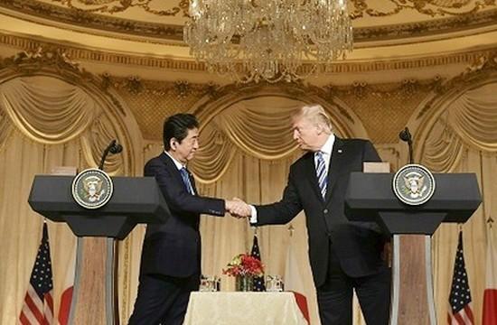 18日,美國總統特朗普(右)和日本首相安倍晉三在於棕櫚灘舉行的聯合記者會上握手。(圖源:新華網)
