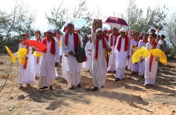 占婆族同胞在喜迎傳統新年的氣氛中舉行祭拜儀式,祈求國泰民安、風調雨順。(圖源:越通社)