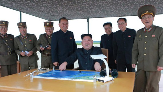金正恩及軍方高官正在討論軍事。(圖源:路透社)