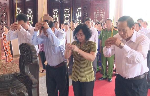 永隆省領導在部長會議主席范雄紀念館上香緬懷。(圖源:青林)