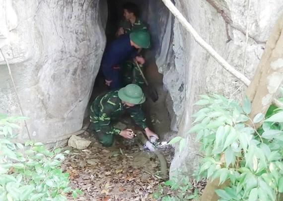 第二軍區所屬烈士墳墓搜集隊在老撾北部進行搜尋越南志願軍專家於老撾各戰爭時期壯烈犧牲的骸骨。(圖源:世江)