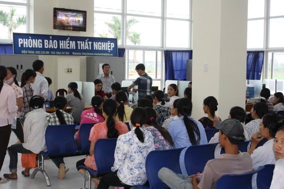 失業者在失業保險處待辦失業津貼領取手續。(示意圖源:互聯網)