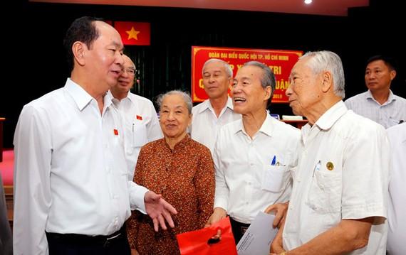國家主席陳大光與第一、三和四郡選民接觸。(圖源:千言)