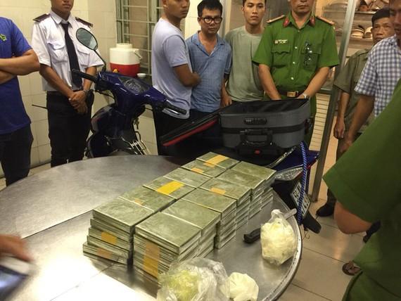 被抓獲的歹徒與毒品物證。(圖源:A.X)