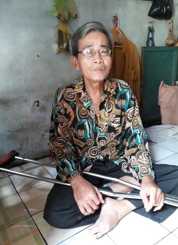 蕭明左腳殘疾,需要使用腋下拐杖助行。