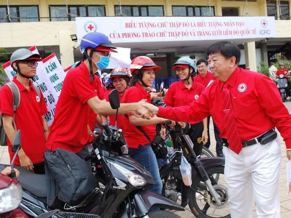 市紅十字會副主席、溫陵會館理事長張子諒在出發儀式上動員志願者。
