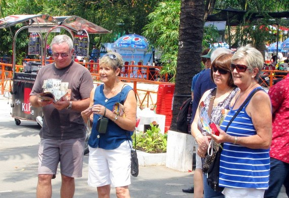 抵本市旅遊的國內外遊客日增。