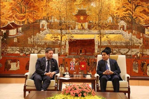 河內市人委會主席阮德鍾(右)接見英國首相商務特派員艾德‧維濟。(圖源:秀英)