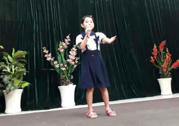 許桐桐獲得歌唱比賽小學組第一名。