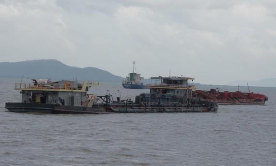 被扣留的非法採沙駁船。(圖源:德勝)