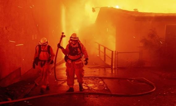 美國加州北部遭野火重創,救援人員17日發現另8具受害者遺骸,使死亡人數增至71人,失蹤人數也一路飆高破千。 (圖源:AP)