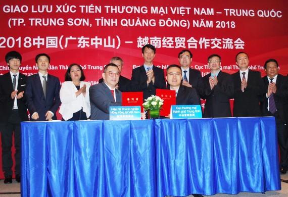 中山市商務局和越南香港商會簽訂招商引資合作意向書。