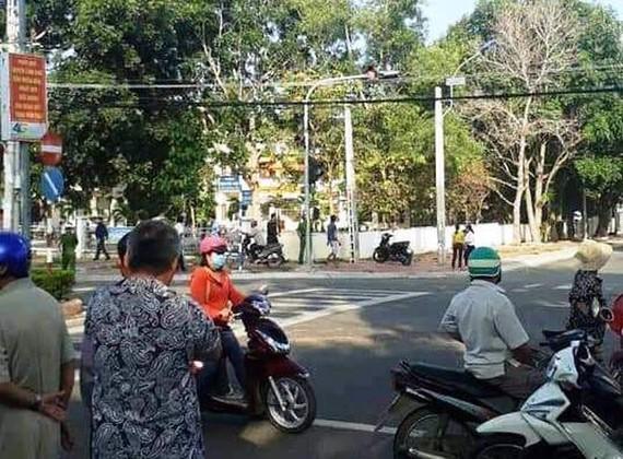 好奇民眾在案發現場附近圍觀。(圖源:CTV)