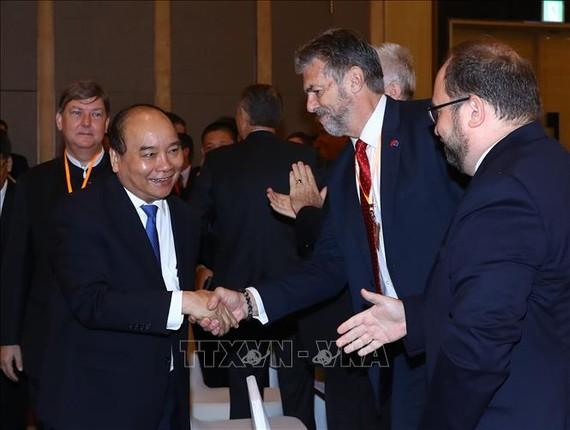 政府總理阮春福與企業交談。(圖源:越通社)