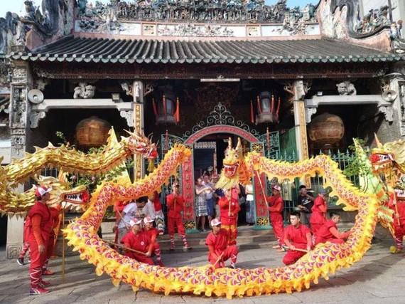 仁義堂龍獅團在穗城會館廣場表演。