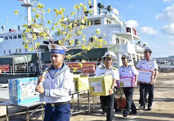 海軍第二區司令部幹部與戰士們搬送禮物上船準備啟程往DK1瞭望台拜年送禮。(圖源:芳南)