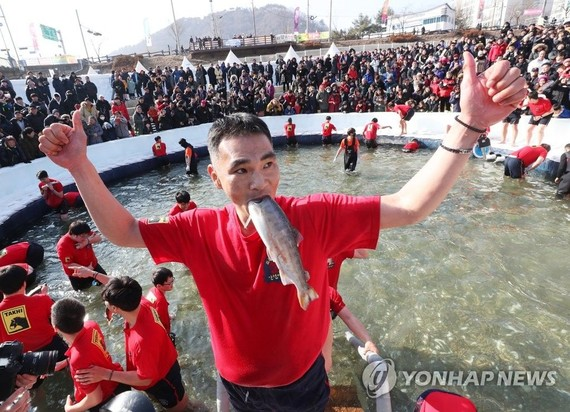 遊客鑿冰撈魚,現場人山人海蔚為壯觀。(圖源:互聯網)