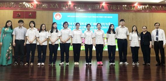 10名華人學生入選華文科考生隊與市領導及培訓華文科 的老師合照。